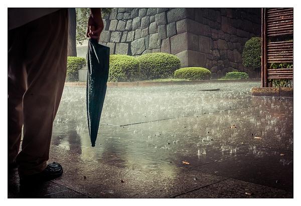 Il pleut, je suis bloqué sous un abri pendant 10 minutes, et pourtant j'ai aimé ce moment et j'y ai trouvé de la beauté.